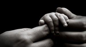 baby-hand-holding-mothers-hand1-470x260